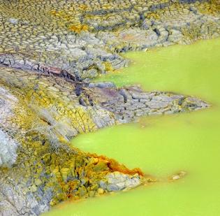 DSC00229d(c) Wai-O-Tapu thermal wonderland - Devil's bath - blogsize