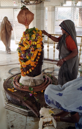 Lingam worship in Kundeshvar temple, Tikamgarh, Madhya Pradesh, India 2004