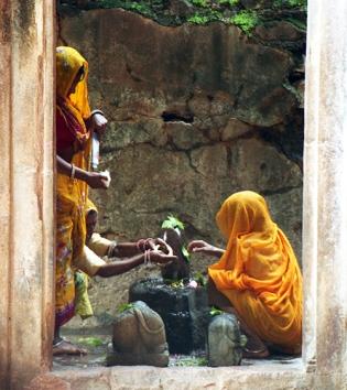 Lingam worship, Mandu, Madhya Pradesh, India 1997
